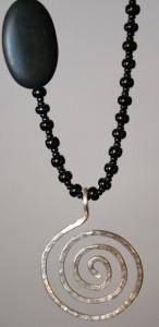 Spiralhalsband med svarta pärlor I