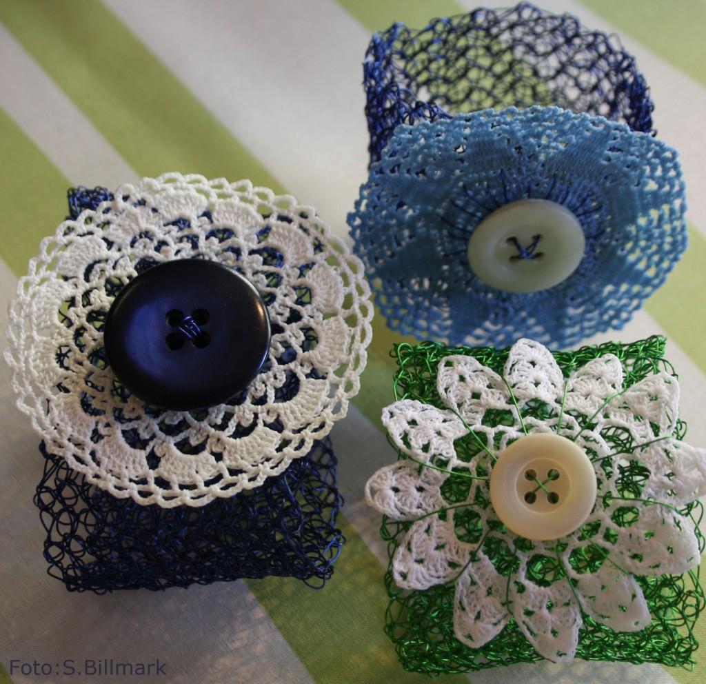 Blå och Grönt virkat armband med återbruka virkad blomma och knapp