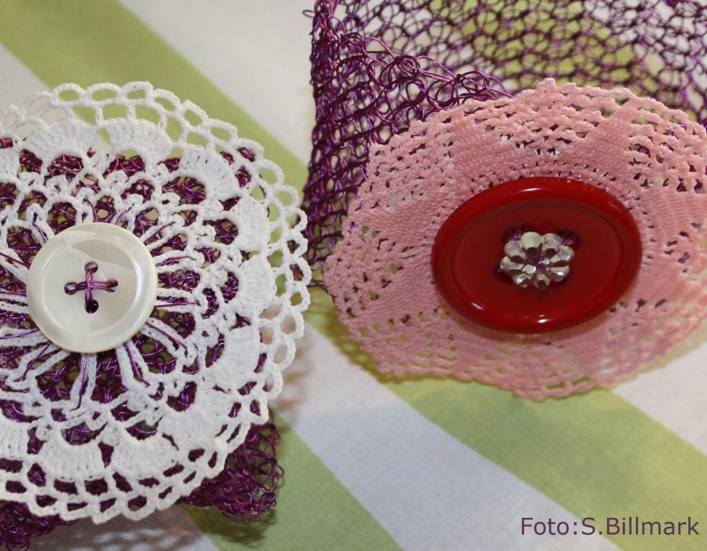 Lilavitrosa virkade armband med återbrukad virkad blomma och knapp