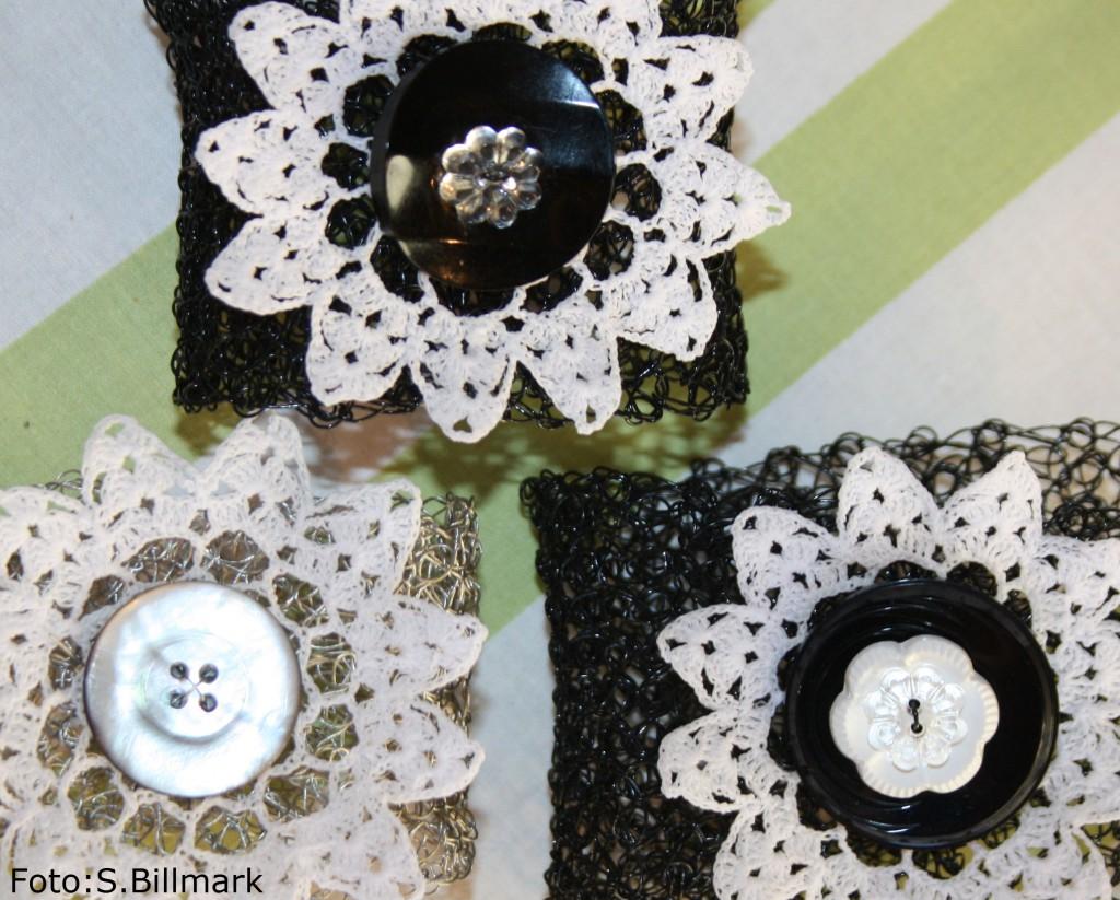 Svarta å grå virkade armband med återbrukad virkad blomma och knapp