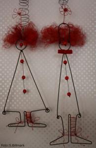Två clowner i trådslöjd med strumpa