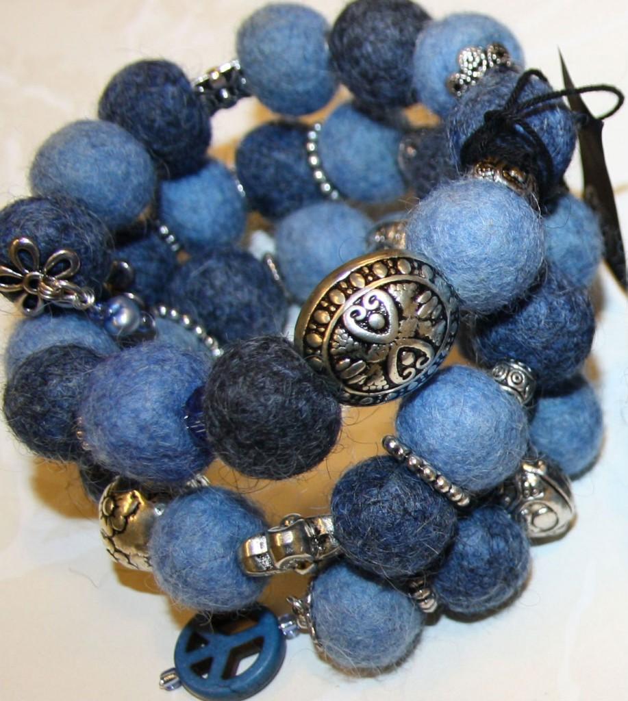 Armband blå ullbollar memorywire PEACE.jpg