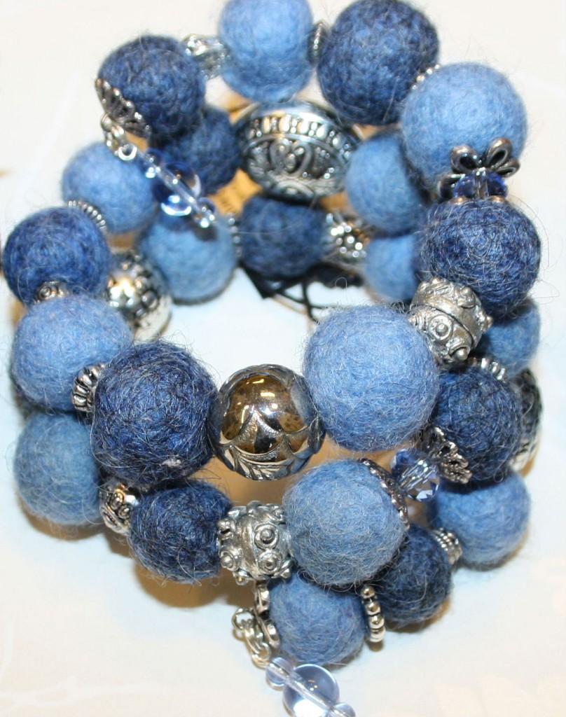 Armband blå ullbollar memorywire blå GLASPÄRLA.jpg