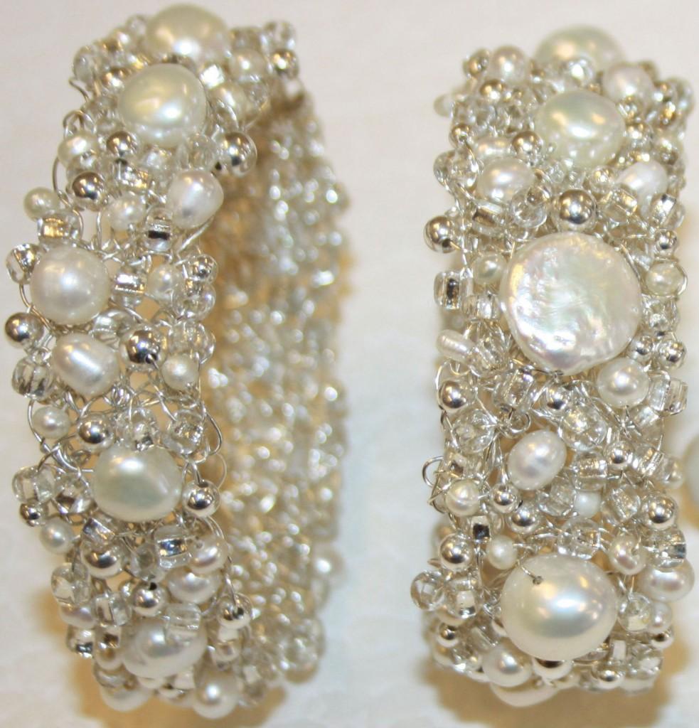 Två armband i sterlingsilver med vita sötvattenpärlor, silverkulor och glittriga glaspärlor