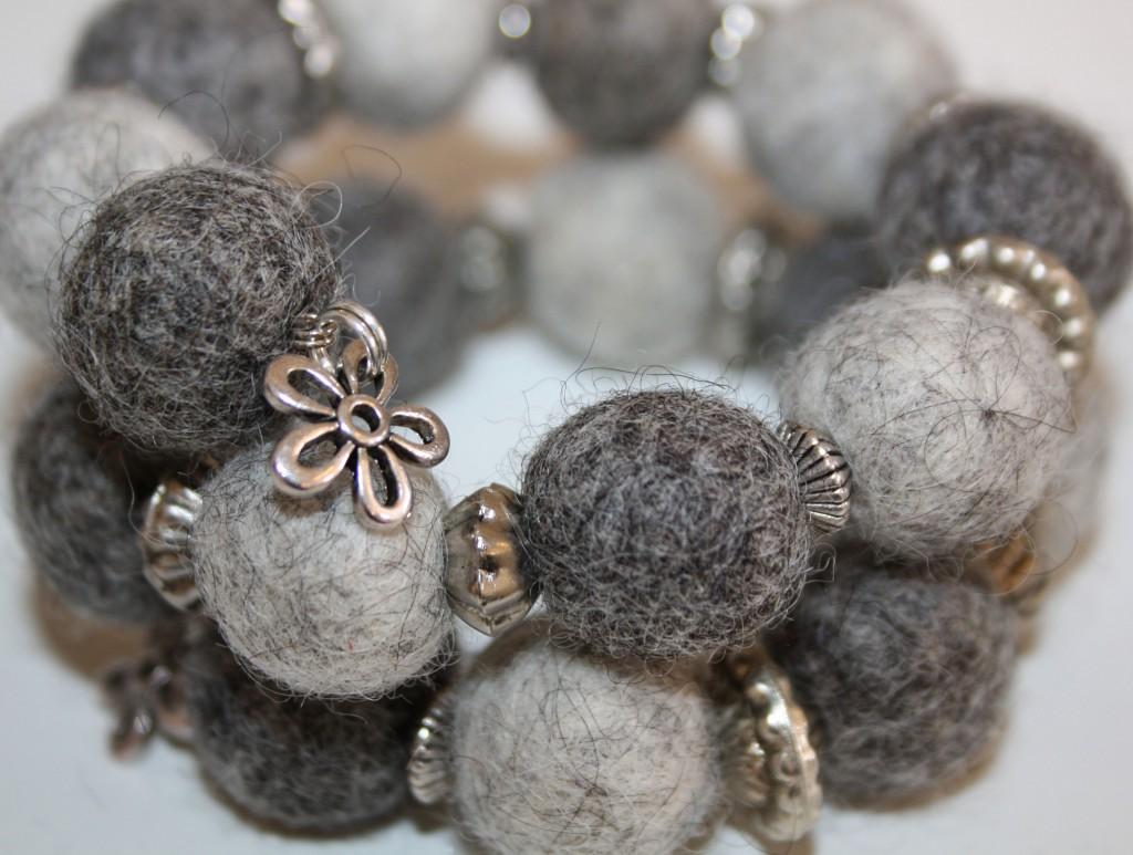 Armband med grå tovade kulor och metalldelar