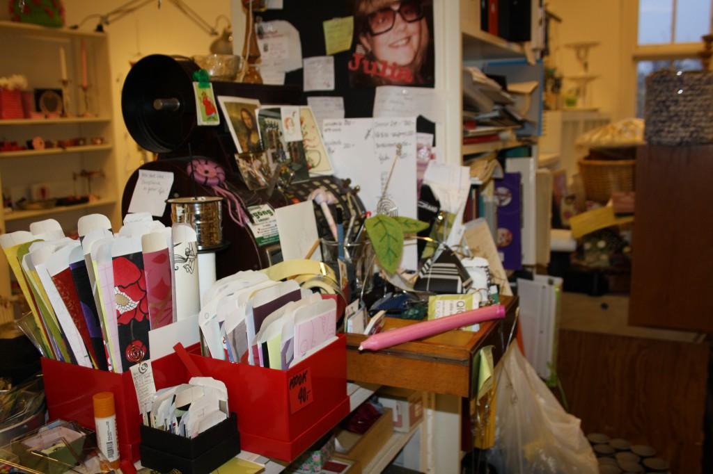 Kassadisken i ateljen med lådor fulla av småförpackningar