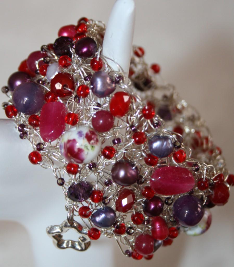 Silverarmband med cerise lial och röda pärlor