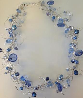 Trassligt silverhalsband med blå glaspärlor och blå sötvattenspärlor
