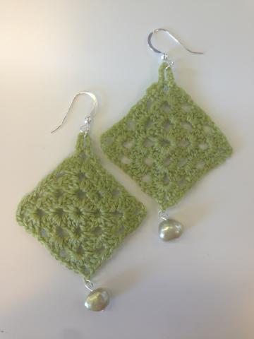 Örhängen större gröna mormorsrutor med grön sötvattenpärla