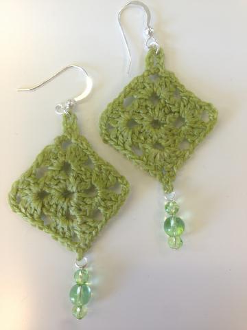 Örhängen små gröna mormorsrutor med glaspärlor
