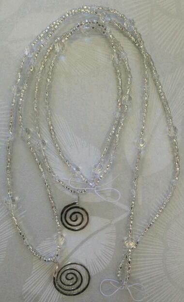 Halsband med transparanta pärlor och silverspiral