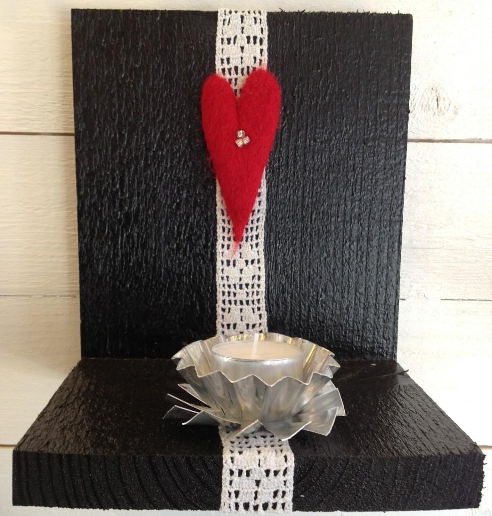 Tavelljusstake svart med rött hjärta och spets