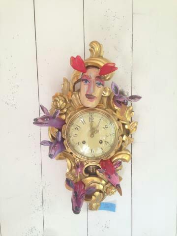 En humoristisk gammal vägg-guldklocka