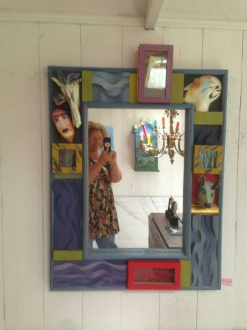 Spegel med bred ram och hemliga gömmor