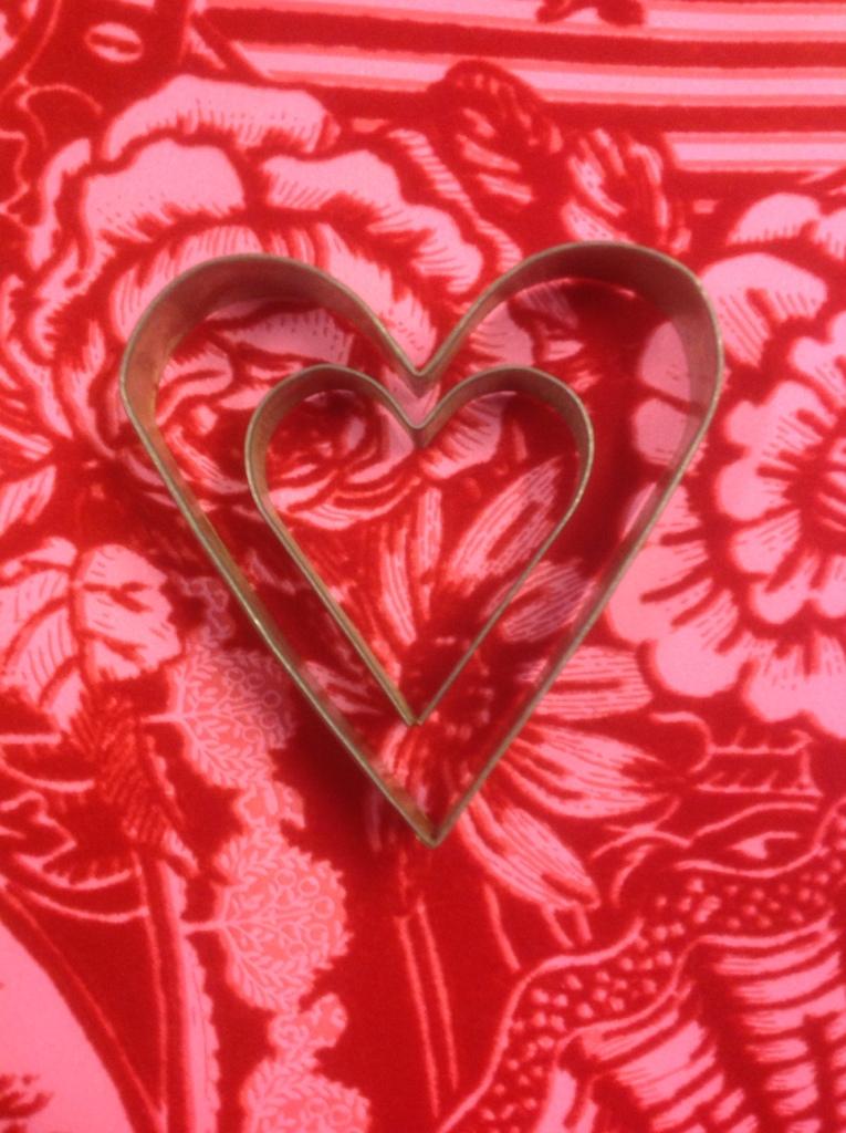 Kakformshjärtan på rödrosa sammetstapet