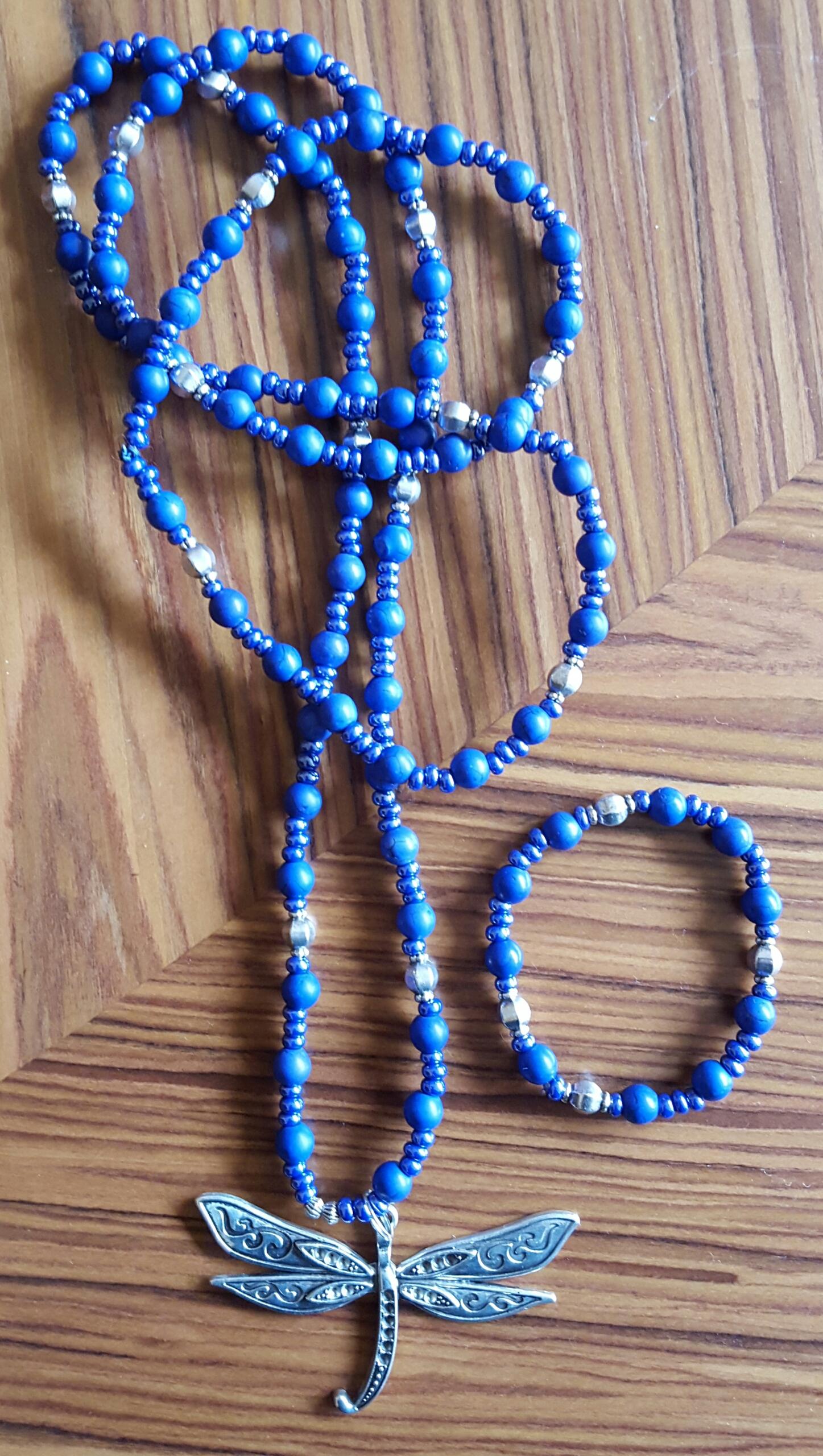 Halsband & armband i olika färger med olika hängen 250kr/set